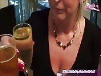 Kijk blonde MILF in een plas fetish.